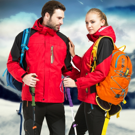 冬季冲锋衣和羽绒服哪个更保暖?